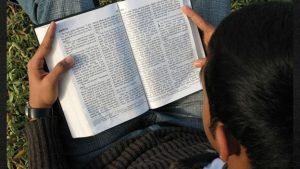 sxc-biblia-lectura-instrucciones-nino
